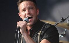 When did Brandon Flowers of The Killers get to be such a hottie? Love the look. Thanks WXRT for the pic! Brandon Flowers, Look Back In Anger, Tim Burton Films, The Killers, Buy Tickets Online, Partying Hard, Sing To Me, People Magazine, Music Industry