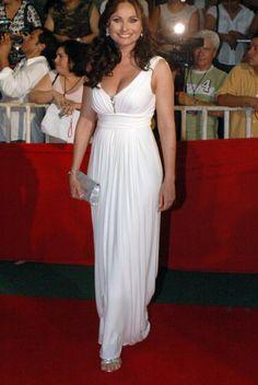 Elizabeth lució como toda una diosa griega con este traje blanco que le hizo lucir una esbelta figura. Preciosa como siempre.