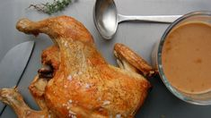 Helstegt kylling i ovnen er en nem ret, og med denne opskrift bliver kyllingen mør og saftig. Den passer sig selv i ovnen, og bliver serveret med en lækker sauce.