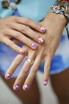 Zoom Shot: Nail Art on the Street