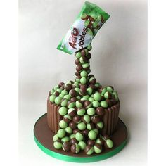 chocolate gravity cake 1 A really fun and quirky birthday cake idea. The kids will be amazed by the gravity cake with their favourite lollies or chocolates falling down from the packet. M&ms Cake, Cake Icing, No Bake Cake, Cupcake Cakes, Anti Gravity Cake, Gravity Defying Cake, Drip Cakes, Skittles Cake, Bubble Cake