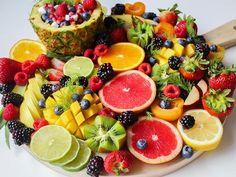 Τα φρούτα και τα λαχανικά είναι δύο από τις σημαντικότερες ομάδες τροφίμων... Skewer Appetizers, Appetizer Recipes, Jus Detox, Souffle Recipes, Grilled Fruit, Juicing Benefits, Health Benefits, Best Fruits, Citrus Fruits