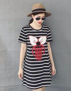 Đầm suông sọc ngang minne màu đen-A1386 - Chất liệu : thun misa - Kích thước: freesize       Vai 32cm, Tay 19cm, Eo 78-80cm, Ngực 66-68cm, Mông 86-88cm       Freesize cho các bạn gái dưới 54kg