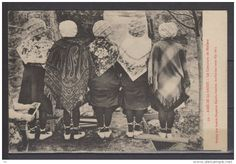 Pyrénées orientales vers 1910 : concours de mollets ou d'espadrilles ... toutes blanches et à lacets de chevilles et portées avec des bas . Les laçages sont simples : ils partent de la partie arrière des quartiers . Etonnant concours qui sent son sexisme à plein !!!