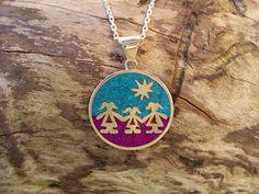 Medallón de Plata con mosaico de Suyolita y Turquesa Handmade Jewelry, Enamel, Pendant Necklace, Ideas, Enamels, Copper, Silver Lockets, Enamel Jewelry, Turquoise