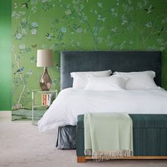 House and Garden UK - Green de Gournay Wallpaper in Small Bedroom Design Ideas on HOUSE. A green chinoiserie feature wall gives this bedroom some clout. Green Bedroom Walls, Green Rooms, Bedroom Decor, Bedroom Ideas, Floral Bedroom, Bedroom Storage, Chinoiserie Wallpaper, Of Wallpaper, Wallpaper Ideas