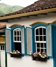 Mariana MG - Brasil-por Gustav Nacht Window Ledge, Window Shutters, Window Boxes, House Windows, Windows And Doors, Home Building Tips, Paint Your House, Flower Window, Castle House