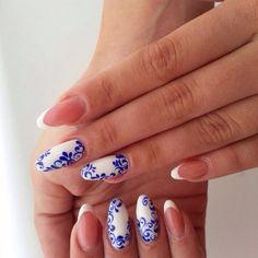Удивительно красивый и женственный дизайн ногтей. Сочетание белого и синего оттенков придает легкость и свежесть всему образу. Витиеватый рисунок навевает ...