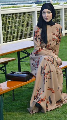 street-hijab-fashion: Dubai World Cup March 2012 (by Hanna Manna) Muslim Dress, Hijab Dress, Hijab Outfit, Islamic Fashion, Muslim Fashion, Modest Fashion, Eid Outfits, Modest Outfits, Fashion Outfits