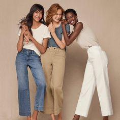 Inspired by this trend to share the faves I'll be holding onto in From mules & mom jeans to neck ties & neutrals. Group Photo Poses, Best Photo Poses, Prom Photography Poses, Children Photography, Sister Poses, Cropped Chinos, Family Picture Outfits, Poses References, Best Friend Photos