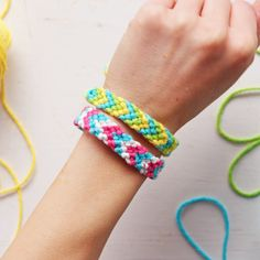 Chevron Macrame Friendship Bracelets <br> Making a colorful Chevron Macrame Friendship Bracelet can keep kids busy for hours. A terrific gift of friendship for any occasion using minimal supplies! Diy Friendship Bracelets Tutorial, Friendship Bracelets Designs, Diy Bracelets Easy, Summer Bracelets, Bracelet Crafts, Bracelet Designs, Macrame Bracelets, Friendship Art, Braided Bracelets
