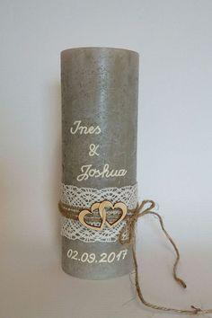 Diese schlamm-farbene Rustik-Kerze im Format 19x6,8 cm wurde in Handarbeit verziert. Kerzen sind auch in den Farben sandfarben, taupe, ... vorrätig. Fragen Sie einfach VOR dem Kauf nach Ihrer...