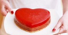 Aprende a preparar Pastel corazón de mousse de chocolate y coulis de fresas. Descubre el paso a paso para su preparación, ingredientes y tiempo de cocción