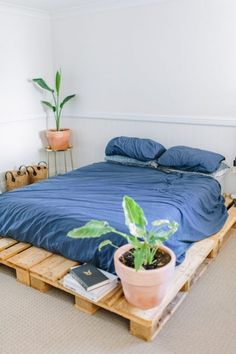 Make your room a perfect place to live in by applying these re-transformed wood pallet bed ideas to your area. Make your room a perfect place to live in by applying these re-transformed wood pallet bed ideas to your area. Diy Pallet Bed, Wooden Pallet Projects, Wooden Pallet Furniture, Diy Bed, Home Furniture, Pallet Ideas, Wood Pallets, Small Pallet, Pallet Wood