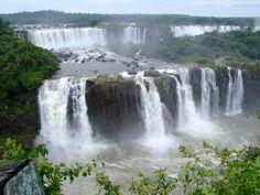 De argentijnse kant van de watervallen van de Foz gezien vanaf de braziliaanse kant.