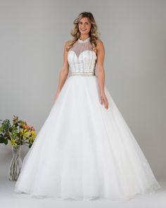 Romantische trouwjurk met effen tulen rok, hoog gesloten topje met fijne belijning en tailleband. Allure Bridal, Wedding Dresses, Fashion, Tulle, Bridal Dresses, Moda, Bridal Gowns, Wedding Dressses, Weeding Dresses