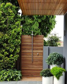 Green with envy ~ outdoor shower & timber features on point 🌿 designed by OE Landscape Management 📷 by Natalie Hunfalvay