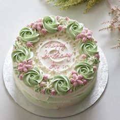 Birthday cake decorating tutorials buttercream roses New ideas Creative Cake Decorating, Birthday Cake Decorating, Cake Decorating Techniques, Cake Decorating Tutorials, Creative Cakes, Buttercream Cake Designs, Cake Icing, Cupcake Cakes, Butter Icing Cake Designs
