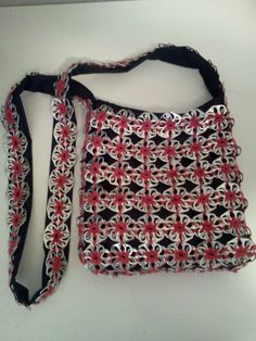 Bolso hecho con anillas de refrescos e hilo de algodón 100%. (Purse made with soda tabs and 100% cotton thread) - image only