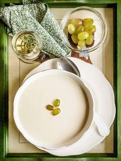 Receta tradicional del ajoblanco malagueño, gazpacho blanco con almendras y pan. Elaboración con fotos paso a paso y consejos.