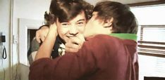 Read ➳ Cuarenta y uno from the story Gay Movie ➳Larry Stylinson by FiveFlowers (danι) with reads. Larry Stylinson, Fetus Harry Styles, Harry Edward Styles, X Factor, Foto Real, Gay, Harry Styles Wallpaper, Louis And Harry, One Direction Pictures