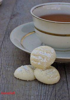 """Fragt man Nordfriesen nach ihrem Lieblingskeks, so wird auch ganz oft das Schneeflöckchen genannt. Ich kenne kein Plätzchen, das zarter ist.Warum dieser Keks so heißt, konnte ich nicht heraus bekommen.Deswegen kann ich nur versuchen es herzuleiten:Wird eine Schneeflocke berührt, löst … <a href=""""http://herzelieb.de/schneefloeckchen-der-wohl-zarteste-keks-der-welt/"""">Weiterlesen</a>"""
