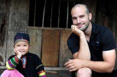 Frédéric Michalak avec la tribu vietnamienne des Lolo noirs