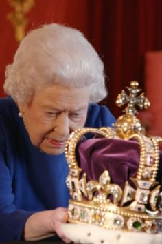 Elizabeth II, histoire d'un couronnement The Queen Nonchalantly Manhandling the Crown Jewels Is the Best Thing You'll See All Day Elizabeth Philip, Princess Elizabeth, Princess Margaret, Queen Elizabeth Ii, Royal Crowns, Royal Jewels, Crown Jewels, English Royal Family, British Royal Families