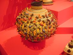 """Olla ecologica  de 1997"", hecha por Alfonso Castillo Orta. Echa con barro modelado , moldeado, pastillaje , policromado con anilina, y decorado a pincel. Esta obra es de Mexico."