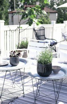 praktische Terrassengestaltung - Tische Beine aus Metall ganz dünn -  Blumentöpfe