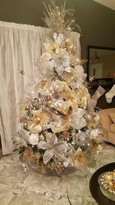 The Christmas season is here! And that means decorating your tree! My family always picks a day and decorates the tree together. Elegant Christmas Trees, Blue Christmas Decor, Christmas Tree Garland, Christmas Tree Design, Gold Christmas Tree, Christmas Tree Themes, Christmas Tree Toppers, Christmas Home, Christmas Tree Decorations