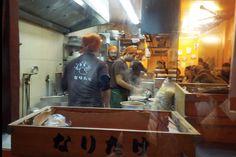 Le quartier Saint-Anne est le rendez-vous favori des foodies amateurs de cuisine japonaise. Ce n'est pas ici qu'on goûtera à la haute cuisine japonaise façon kaiseki, les tables gastronomiques étant rares, mais c'est en revanche le coin idéal pour goûter les petits plats les plus populaires de l'archipel dans une ambiance authentique, tels les rāmen. Devenues tendances, ces pâtes services dans un bouillon de viande déferlent dans toutes les grandes villes du monde.