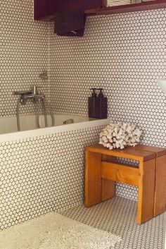 The Socialite Family | Salle de bain chez Alexandre Jolivet et Ulrikk Dufossé. #family #famille #bathroom #salledebain #corail #vert #bois #wood #chair #chaise #pierrechapo #designer #design #art #vintage #inspiration #idea #home #60 #thesocialitefamily