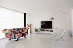 TV contre mur blanc