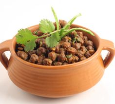 sookhe kale chane White chickpeas in Indian spices dry appetizer Harpal Sokhi Indian Food Recipes, Dog Food Recipes, Indian Appetizers, Indian Curry, Recipe Link, Tasty Dishes, Chutney, Kale, Spices