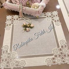 No photo description available. Crochet Tablecloth Pattern, Crochet Purse Patterns, Crochet Lace Edging, Tatting Patterns, Lace Patterns, Filet Crochet, Crochet Doilies, Irish Crochet Tutorial, Hessian Table Runner