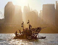 Eines der größten Flöße vor der Skyline von New York, während einer Tour im jahr 2008.