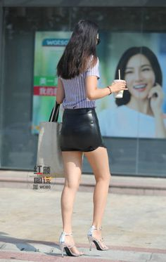 Lovely Ladies in Leather: 2019 Tight Skirt Outfit, Sexy Skirt, Sexy Asian Girls, Beautiful Asian Girls, Mode Latex, Mode Chic, Leather Mini Skirts, Beautiful Legs, Sexy Legs