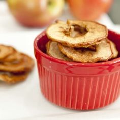 No need for a dehydrator for this yummy snack. Healthy School Snacks, Healthy Kids, Low Car Recipes, A Food, Good Food, Cinnamon Apple Chips, Dehydrator Recipes, Baked Apples, Kids Nutrition