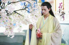 Sha Qian Mo admiring the #flowers.