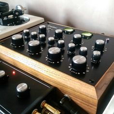 First batch Condesa Carmen upgraded to the EQ version, retaining the original walnut casing with a Bozure ISO202 3-way isolator. Recapped with original Bozak knobs. Matched with vintage style Marshall amplifier knobs on the mixers EQ controls.