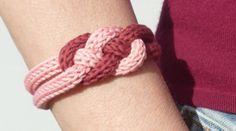 Bracelet nœud en tricotin. Unicolore ou bicolore, ce bracelet réalisé en tricotin donnera une petite touche celtique à vos tenues. Très rapide et facile à réaliser avec le trictotin mécanique, retrouvez le tuto sur le blog de DMC.