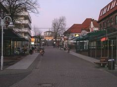 """Die Hauptstraße der Insel, im Hintergrund das Cafe Pudding. Unter dem wie ein """"Pudding"""" aussehenden Untergrund des Cafes war im zweiten Weltkrieg ein Bunker untergebracht"""