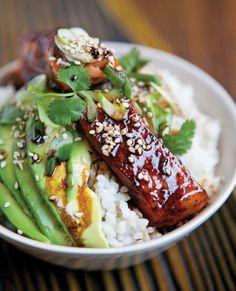 Salmón glaseado en salsa de soya dulce–picante sobre arroz y palta estilo Gohan