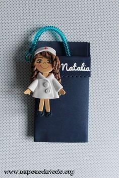 www.unpocodetodo.org - Salvabolsillos de Alba Cristina y Natalia - Salvabolsillos - Broches - Goma eva - crafts - custom - customized - enfermera - foami - foamy - manualidades - nurse - personalizado - 6 Clay Art For Kids, Pasta Flexible, Homemade Gifts, Diy And Crafts, Pokemon, Kawaii, Dolls, Knitting, Cards