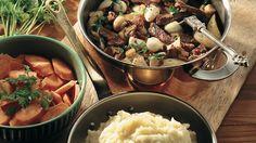 Sipulinen lihapata Sipulinen lihapata saa herkullista makua marinoiduista valkosipulinkynsistä. Padan maut hautuvat liedellä pehmeiksi.