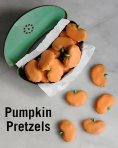 These Pumpkin Pretzels are a tasty treat for your friends and family this Halloween. Fill them with peanut butter, Nutella, cream cheese, or chocolate and top them with an M&M stem. This might just be our favorite Halloween recipe. Fall Treats, Holiday Treats, Holiday Recipes, Holiday Foods, Fall Recipes, Yummy Treats, Sweet Treats, Yummy Food, Baking Classes