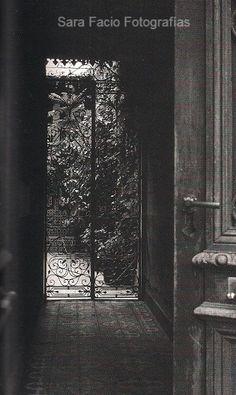 """La casa tenía una reja..."" Pedacito de cielo - Vals. Foto de Sara Facio Female Photographers, Outer Space, Doors, Architecture, Places, Photography, Painting, Objects, Garden"