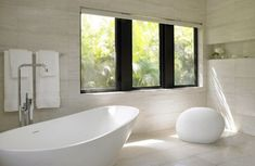 These minimalist bathrooms are sleek, contemporary escapes from the everyday. See 20 of our favorite Zen-like bathrooms from designers on Dering Hall. Minimalist Bathroom Inspiration, Minimalist Bathroom Design, Minimalist Home Decor, Minimalist Interior, Modern Bathroom, Bathroom Ideas, Master Bathroom, Beautiful Bathrooms, Modern Bathtub