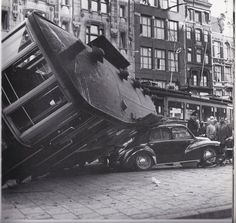 Damrak 1957, tram loopt uit de rails op het Beursplein met als gevolg een Renault die wat schade oploopt . Damrak Amsterdam (jaartal: 1950 tot 1960) - Foto's SERC